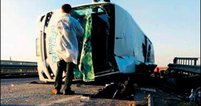Kamyonetle minibüs çarpıştı: 1 ölü, 20 yaralı