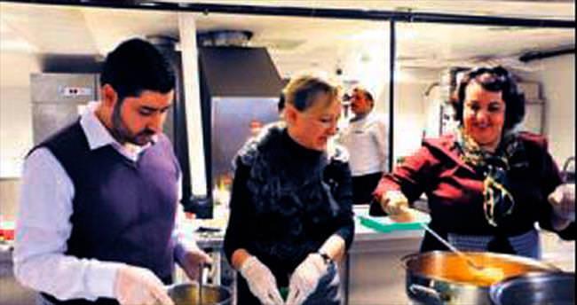 Türk ve Rus aşçılar Suriyeli çocuklara yemek yaptı
