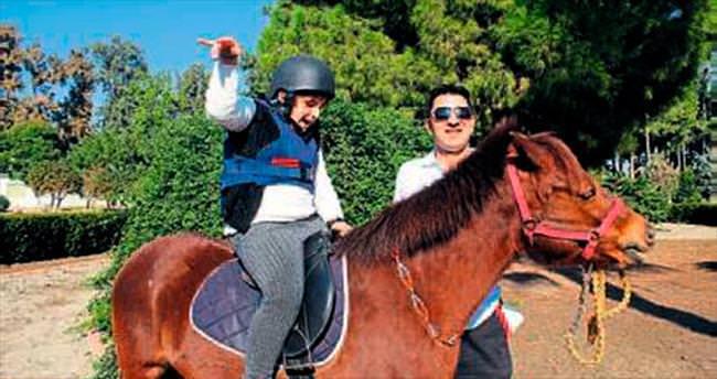 Engelli çocuklara hipodromda atlı terapi