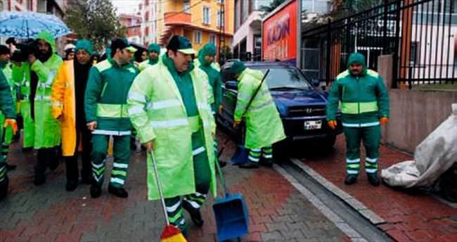 Çevreci başkan sokakları süpürdü