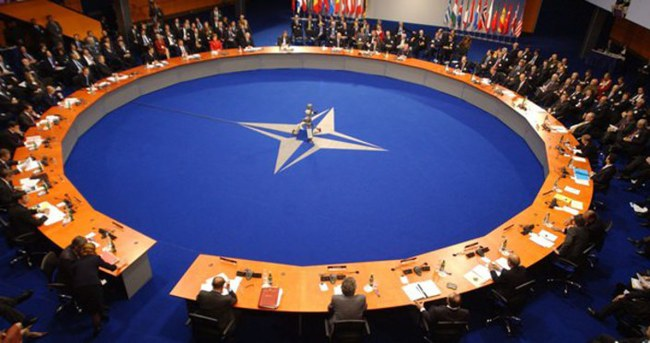 Polonya polisi NATO merkezini bastı