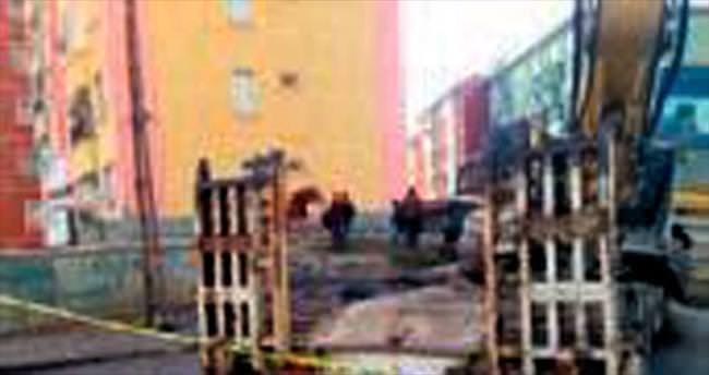 Freni boşalan TIR binaya çarptı