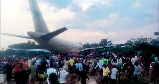 Evlerine uçak düştü, 8 kişi öldü