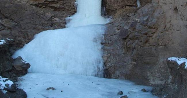 Dereler dondu buzdan şelale oldu