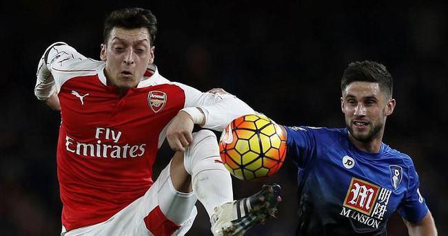 Mesut Özil Arsenal'i liderliğe taşıdı