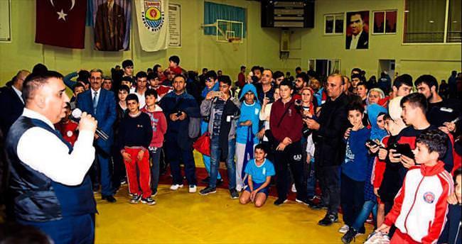 Kurtuluş güreşlerinde 300 sporcu güreşti