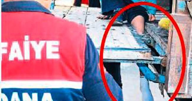Sıra taşıyan öğrencinin bacağı kamyonete sıkıştı