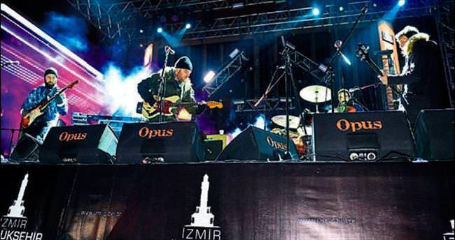 İzmirliler Athena konserinde coştu