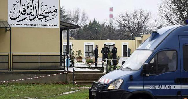 Cami önünde askere saldırı: 3 yaralı