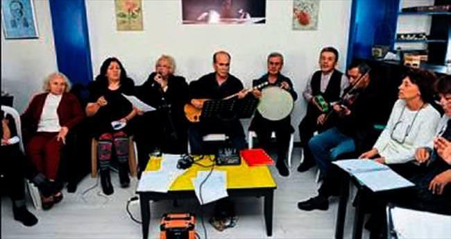 Yaşlılar 2016'ya şarkılarla girdi