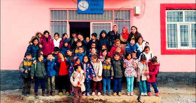 Elmalı köyünün çocukları 2016'ya üşümeden girdi