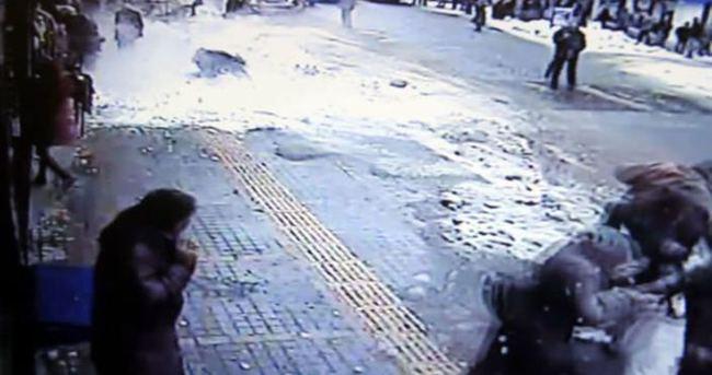 Çatıdaki kar kütleleri insanların üzerine düştü