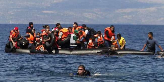 Tekneleri bozulan kaçakları sahil güvenlik kurtardı