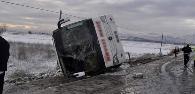 Otobüs şarampole devrildi: 23 yaralı