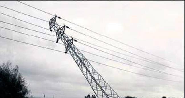 Elektrik direği rüzgarda yıkıldı