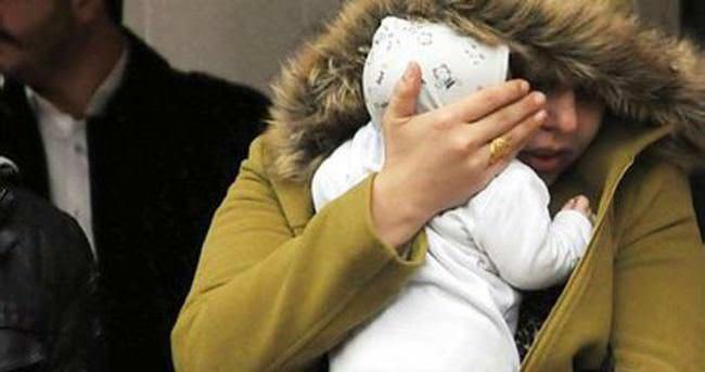 Yüzünü bebeğiyle saklamaya çalıştı