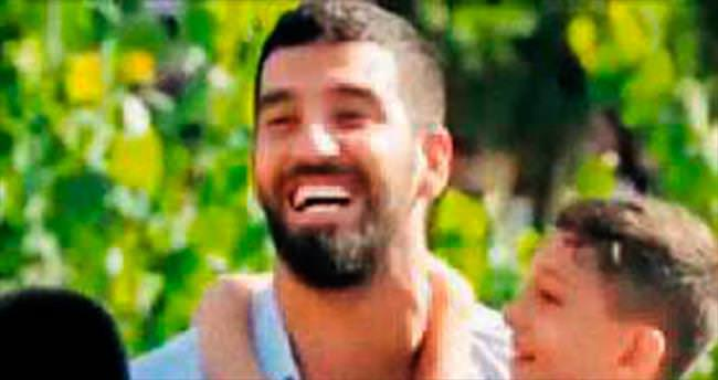 12 minik futbolcuya Arda Turan sürprizi