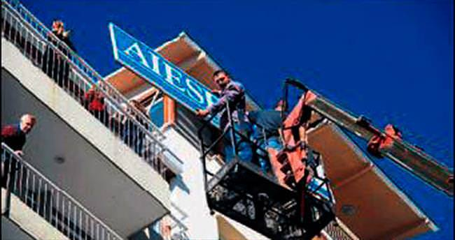 İzmir zabıtasından tabela operasyonu