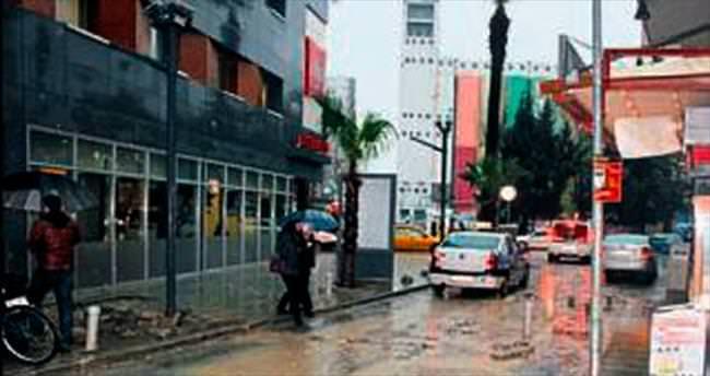 İzmir esnafı çukur ve çamur yollara tepkili