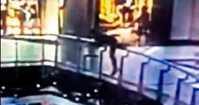 Bir genç AVM'de ölüme atladı