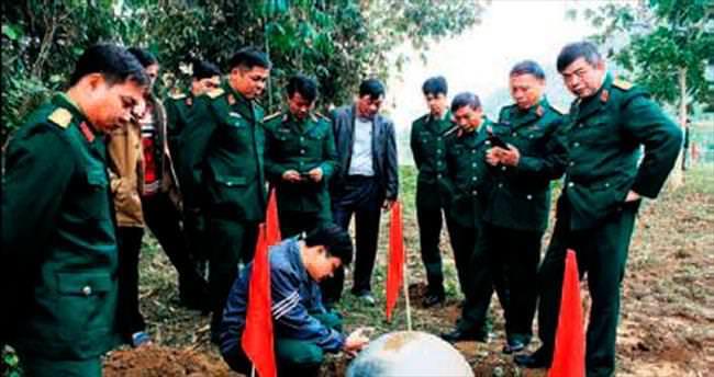 Vietnam'da gökten metal toplar düştü