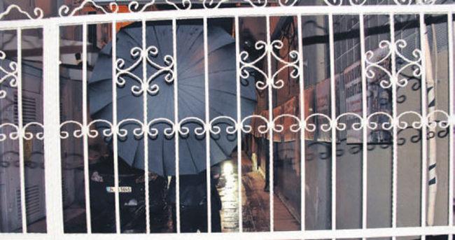 Caner Erkin ve Ozan Tufan'ın şemsiyeli kaçışı