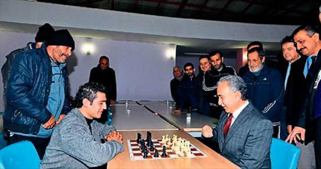 Vali hastalarla satranç oynadı