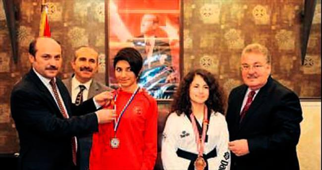 Başarılı sporcuları altınla ödüllendirdi