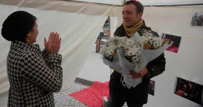 Genç kadından erkek arkadaşına papatyalarla evlenme teklifi