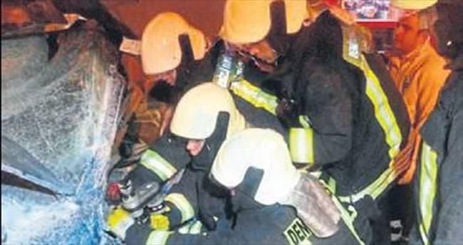 Araçta sıkışan kişiyi itfaiye ekibi kurtardı