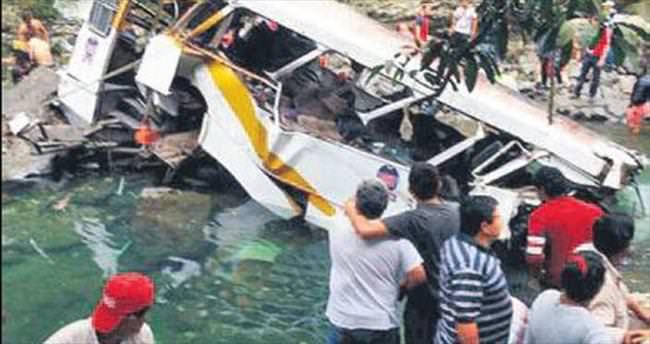Futbolcuların otobüsü köprüden uçtu: 20 ölü