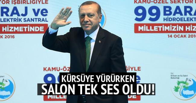 Cumhurbaşkanı Erdoğan kürsüye gelirken salon coştu!