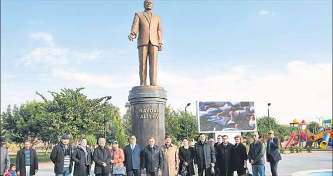 Haydar Aliyev anıtına çiçek