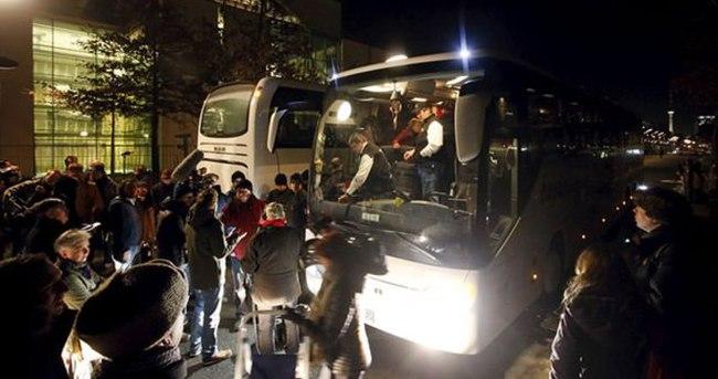 Tepkili yönetici Merkel'e bir otobüs dolusu 'sığınmacı' gönderdi!