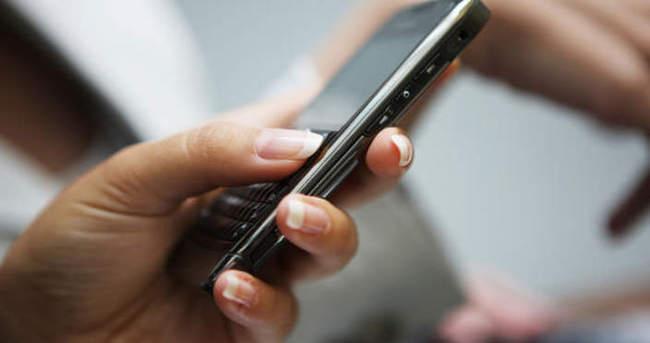Mesaj yazarken cep telefonunu kapıp kaçtılar