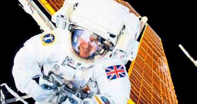 İngiliz astronotun yürüyüşü yarım kaldı