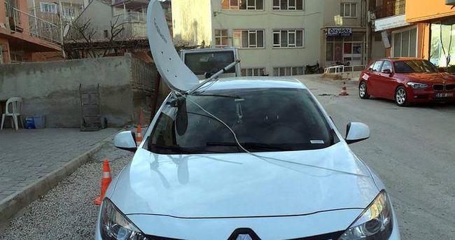 Çatıdan düşen çanak anten otomobilin ön camına saplandı