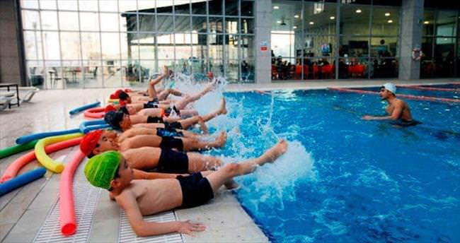 Kimsesiz çocukların yüzme keyfi