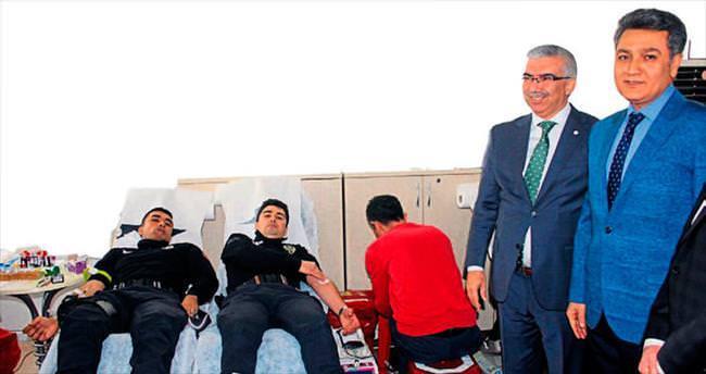 Müdür Zeybek polisleriyle kan verdi