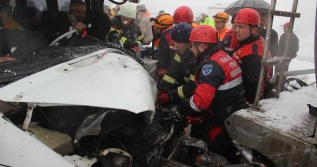 Yolcu minibüsü kamyona çarptı: 11 yaralı