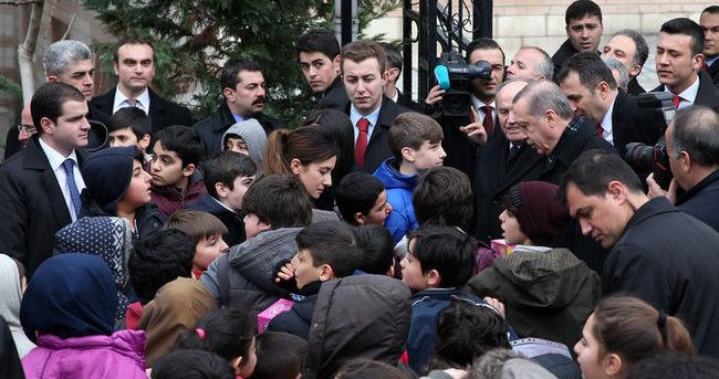 Erdoğan cami çıkışı çocukları sevindirdi