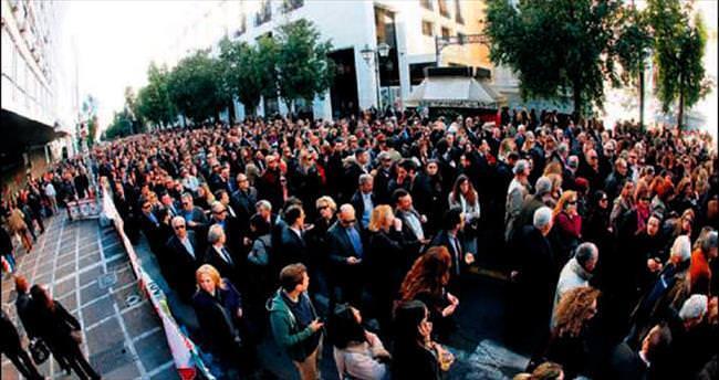Komşu'da vergi protestosu için otoyollar kapandı