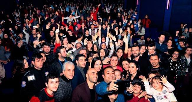 Bursalı sinemaseverlerden 'Dedemin Fişi' izdihamı