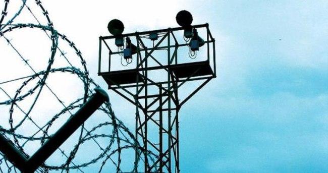 Hapishanenin duvarını patlatıp topluca kaçtılar