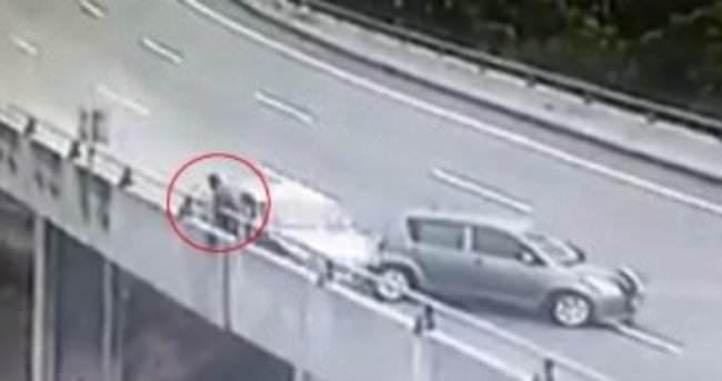Malezya'da aracı arıza yapan adama araba çarptı