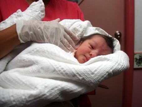 Yeni doğan bebeği sokağa terk ettiler