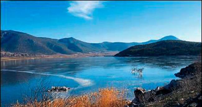 Onaç Baraj Gölü soğuğa teslim oldu