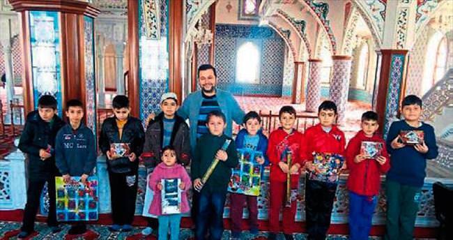 Camiye gelene oyuncak hediyesi