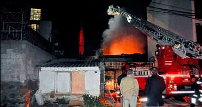 Yem fabrikasındaki yangın korkuttu