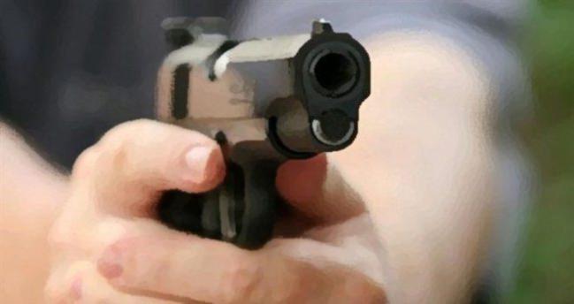 Şiddet gördüğü kocasını sokak ortasında vurdu